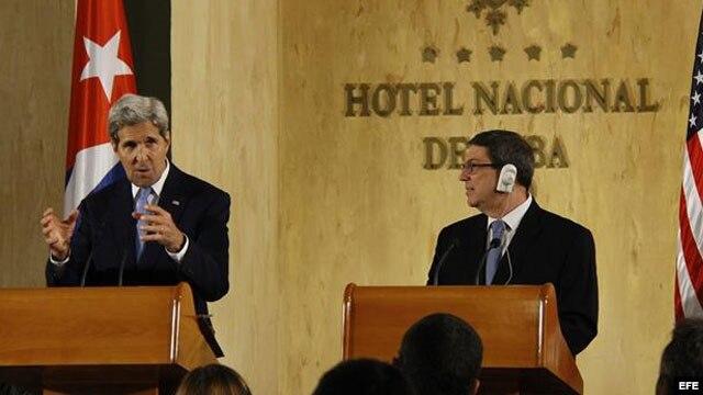 El secretario estadounidense de Estado, John Kerry y Bruno Rodríguez Parrilla
