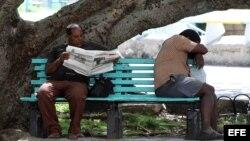"""Un hombre lee el diario oficial Granma en un parque en La Habana (Cuba) el 21 de mayo de 2014, día en que la bloguera opositora cubana Yoani Sánchez ha lanzado el diario digital independiente """"14ymedio""""."""