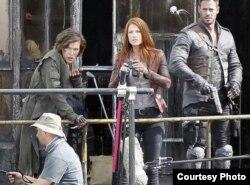 William Levy (d) con MIlla Jovovich (c) y Ali Larter en el set de Resident Evil, The Final Chapter.