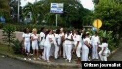 Berta Soler y otras 25 Damas de Blanco se congregaron este viernes frente al Tribunal que debía juzgar a Sonia Garro (A. Moya).