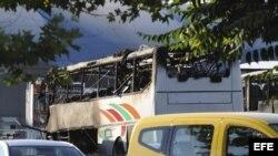 BUR02 BURGAS (BULGARIA), 18/07/2011.- Imagen del autocar que ha explotado en el aparcamiento del aeropuerto de Burgas, al este de Bulgaria, el día 18 de julio de 2012. El autocar trasladaba turistas israelíes y la explosión ha causado entre tres y cinco m