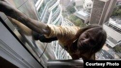 Alain Robert, escalando una de las torres gemelas Petronas de Kuala Lumpur, Malasia