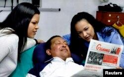 La foto de Chávez y sus hijas Rosa Virgina y María Gabriella.