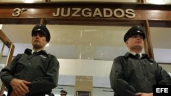 Gendarmes vigilan la entrada del tercer juzgado civil de Santiago.