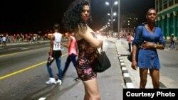 Natalie Obregón, de 25 años, se prostituye asiduamente en el Malecón habanero como única opción para ganarse la vida. (Foto: USA Today)
