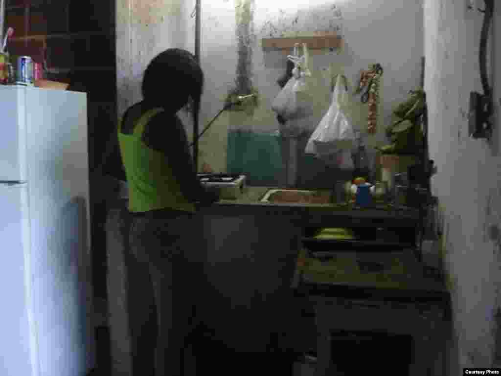 La cocina de la vivienda, ubicada en un edificio de la calle Monte No. 466, en La Habana Vieja.