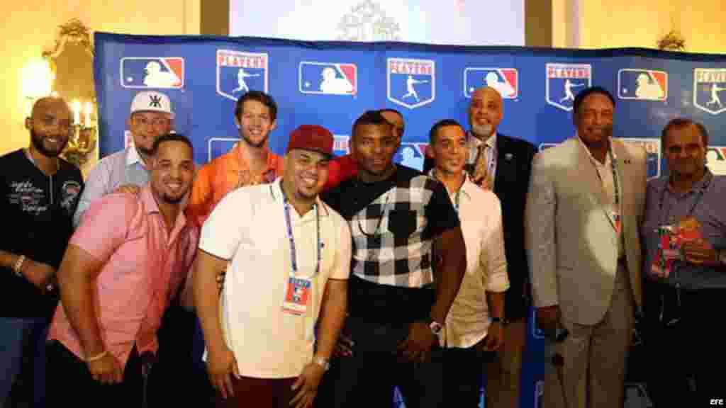 Un grupo de jugadores posan junto al director ejecutivo de la MLB, Tony Clark