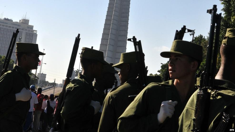 Militares cubanos participan en el ensayo del desfile Plaza de la Revolución de La Habana.