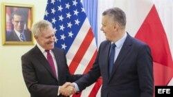 El ministro de Defensa polaco, Tomasz Siemoniak (d), da la bienvenida al secretario de la Armada de EE.UU., Ray Mabus, antes de la reunión que celebraron para abordar la colaboración militar y los ejercicios navales conjuntos, en Varsovia (Polonia), hoy,