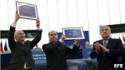 El presidente del Parlamento Europeo (PE), Antonio Tajani (d), aplaude mientras el presidente de la Asamblea Nacional Venezolana, Julio Borges (c), y el exalcalde de la ciudad de Caracas Antonio Ledezma reciben el premio Sájarov a la Libertad de Conciencia.