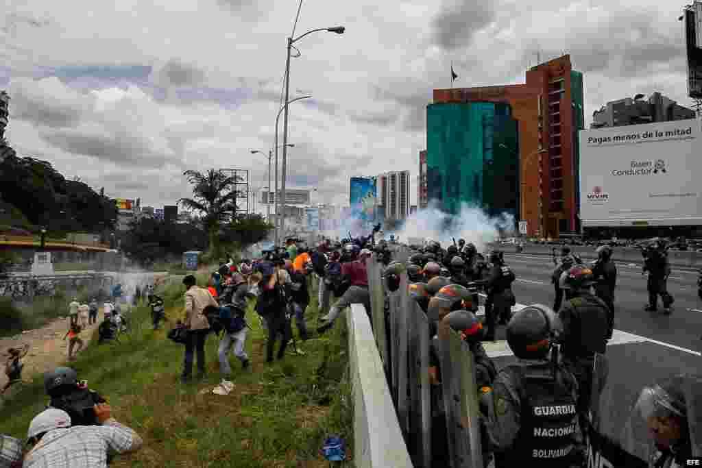 OPOSICIÓN SE MOVILIZA EN CALLES VENEZOLANAS PARA PRESIONAR POR REVOCATORIO