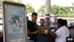 Un ciudadano cubano pasa el trámite de registro ante las autoridades migratorias de México el 13 de enero de 2016 en el cruce fronterizo de Ciudad Hidalgo de la ciudad de Tapachula del estado mexicano de Chiapas y Guatemala.