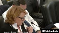 La senadora demócrata, Heidi Heitkamp de Dakota del Norte, presenta la enmienda sobre Cuba