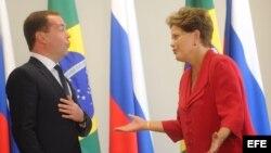 La presidenta brasileña, Dilma Rousseff (d), recibe el primer ministro ruso, Dmitri Medvédev, en el Palacio del Planalto, en Brasilia.