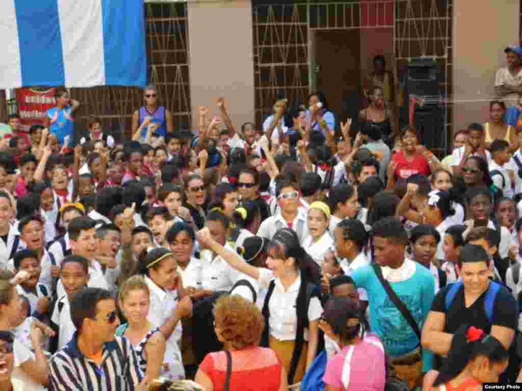 Niños de las enseñanzas primaria y secundaria participan en acto de repudio frente a la sede de las Damas de Blanco en La Habana, el 7 de enero de 2016. Fotos cortesía de Ángel Moya Acosta.