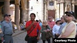 Guía de turismo en la Plaza de la Catedral de La Habana.