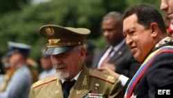 ARCHIVO: Hugo Chávez y el comandante Ramiro Valdés Menéndez en el 2009 en Caracas.