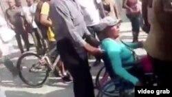 Agentes policiales arrestaron a los vendedores, muchos de ellos en sillas de ruedas.