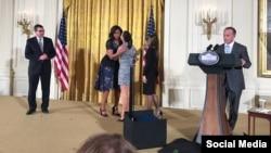 Lizt Alfonso recibe la distinción en la Casa Blanca. Tomada del Facebook de Ricky Arriola.