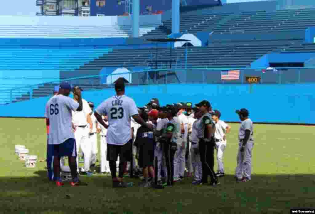 Yasiel Puig, jardinero derecho de los Dodgers de Los Ángeles, y Nelson Cruz, jardinero derecho de los Marineros de Seattle, comparten sus conocimientos con los niños cubanos en el Estadio Latinoamericano de La Habana.