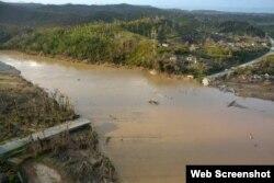 El puente sobre elo río Toa quedó destruído tras el paso del huracán.