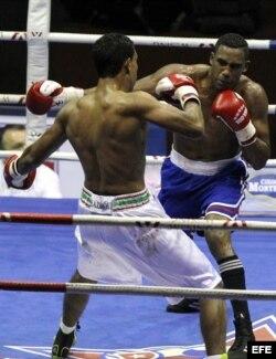 Los boxeadores Arlen López (d), de los Domadores de Cuba, y Eddine Haddioui (i), de los Leones de Marruecos.
