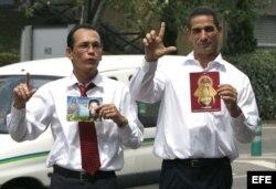Los presos políticos del grupo de los 75 Juan Carlos Herrera Acosta (i) y Fabio Prieto Llorente, en el aeropuerto de Madrid-Barajas, en agosto de 2010