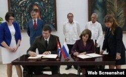 La ministra cubana de Justicia, María Esther Reus, tras suscribir el acuerdo junto a su homólogo ruso, Alexander V. Konovalov.