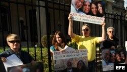 Archivo - Decena de activistas judíos se manifiestan frente a la Sección de Intereses de Cuba, en Washington D.C., pidiendo la libertad de Alan Gross.