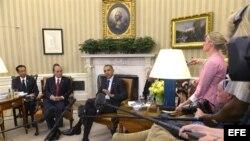 El presidente estadounidense, Barack Obama (d), se reúne con su homólogo chileno, Sebastián Piñera (i), en el despacho Oval de la Casa Blanca en Washington DC, Estados Unidos, hoy, martes 4 de junio de 2013.