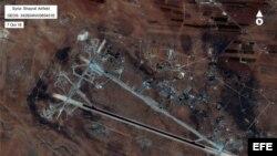 Fotografía cedida por el Departamento de Defensa de los Estados Unidos que muestra una vista aérea del aeropuerto al-Shayrat hoy, viernes 7 de abril de 2017, cerca de Homs (Siria). Fuerzas militares de EE.UU. lanzaron hoy decenas de misiles crucero contra