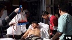 Médicos turcos atienden a un herido en el Hospital de Kilis en Turquía hoy, 15 de febrero de 2016.
