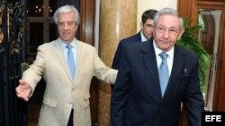Tabaré Vázquez (i), nuevo presidente de Uruguay, recibe a Raúl Castro. Fotografía cedida por la Presidencia uruguaya.