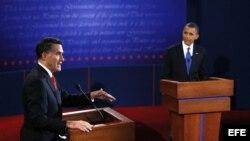 El presidente de EEUU y aspirante a la reelección, Barack Obama (d), y el candidato republicano, Mitt Romney (i), durante el primer debate presidencial.