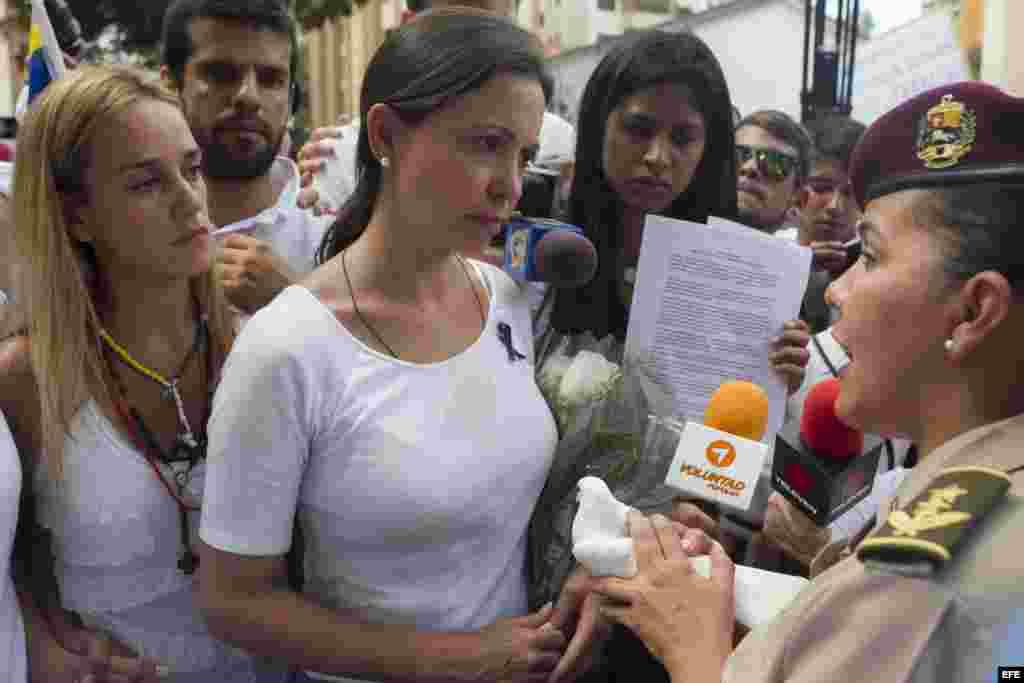 La diputada de la Asamblea Nacional (AN), María Corina Machado (c), y la esposa del dirigente opositor Leopoldo López