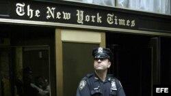 Un oficial de la policía hace guardia frente a la entrada del periódico The New York Times.