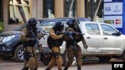 Cerca de una treintena de muertos dejó el ataque a hotel Splendid. En la foto, tropas especiales controlan la situación.