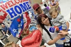 Llegan a EEUU médicos cubanos que lograron visas tras fin de beneficios migratorios.