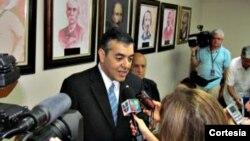 El congresista republicano por Florida David Rivera habla con la prensa.