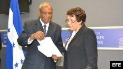 La ministra hondureña de Relaciones Exteriores, Mireya Agüero (i) , y el encargado de negocios de la embajada de Cuba en Honduras, Sergio Oliva.