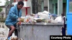 """Avenida Cuba: como en el culebrón brasileño """"Avenida Brasil"""" muchos cubanos se ganan la vida hurgando en la basura (foto Iván Libre)."""