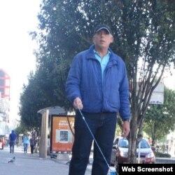 Roberto Trobajo pasea su perro por una calle de Bogotá.