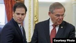 Los senadores cubanoamericanos Marco Rubio (i) y Bob Menendez.