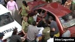 Policía golpea a activista cubana durante el arresto
