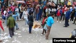 Las brigadas de Respuesta Rápida queman ejemplares de la Declaración Universal de los Derechos Humanos, lanzados a la calle por las Damas de Blanco. (Foto: Ángel Moya.