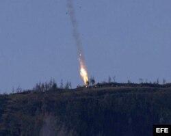 Un bombardero ruso Su-24 cae tras ser derribado por un caza turco.