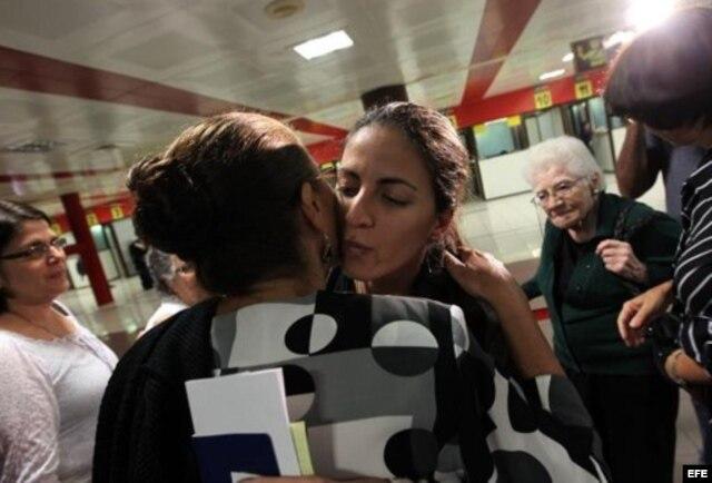 Despidiéndose de su madre, Ofelia Acevedo.