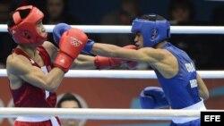 El cubano Robeisy Ramirez (azul) ante el mongol Tugstsogt Nyambayar en el combate de boxeo categoría de peso mosca 52 kgs de los Juegos Olímpicos de Londres 2012, en Londres, Inglaterra.