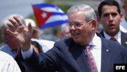 El senador Bob Menendez durante el desfile anual cubano en North Bergen, Nueva Jersey (EEUU).