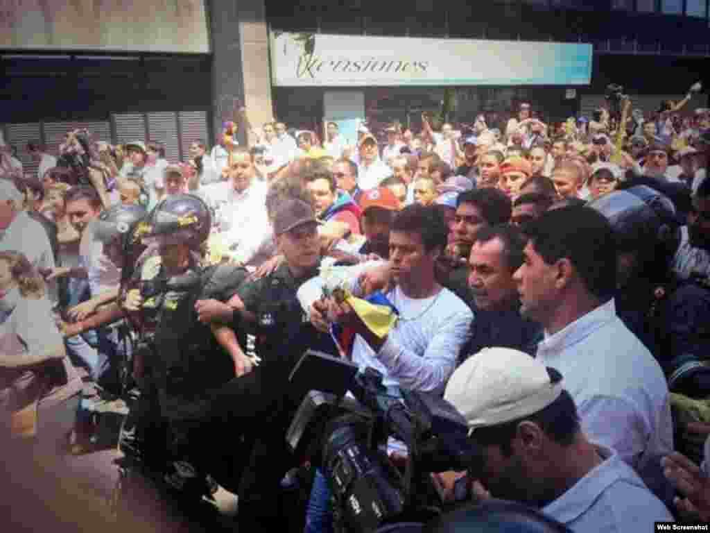 Momento en que se entrega Leopoldo López